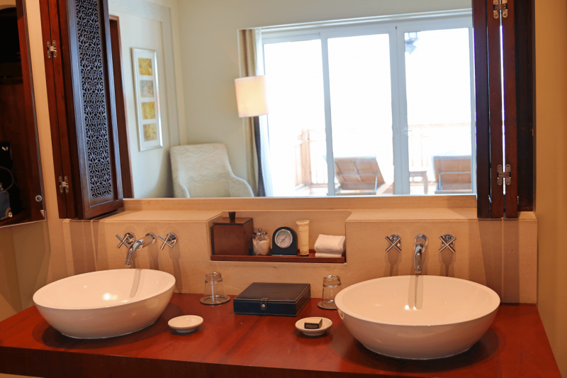 ParkHyattDubaiSuiteBathroom, ParkHyattDubaiBalcony, ParkHyattDubai, World Travel Adventurers, WorldTravelAdventurers, Luxury, Luxury travel, luxury resort, hotel review, Park Hyatt, Dubai, romantic getaway, dream vacation, suite, bathroom