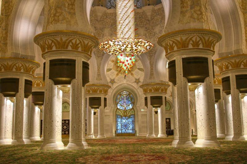 Sheikh Zayed Grand Mosque, Abu Dhabi, United Arab Emirates, UAE, architecture, art, world travel adventurers, WorldTravelAdventurers, luxury travel, luxury, prayer hall, chandelier, pillars